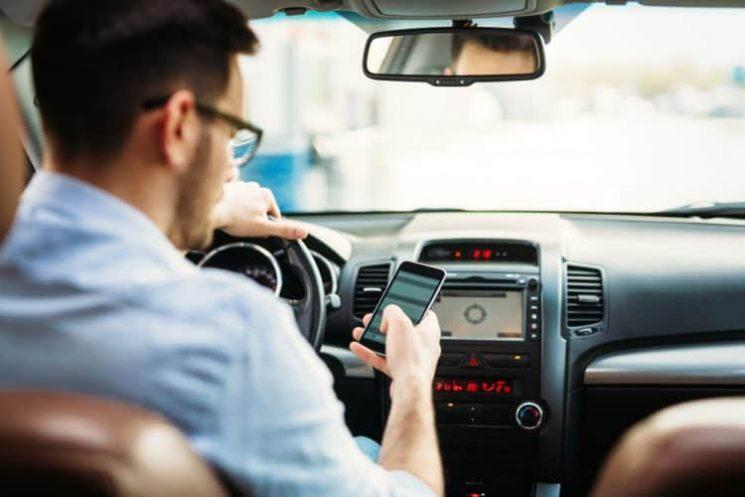 נהיגה הודעות טקסט זוכה מחמת הספק. אילוסטרציה