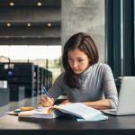 לומדת כותבת