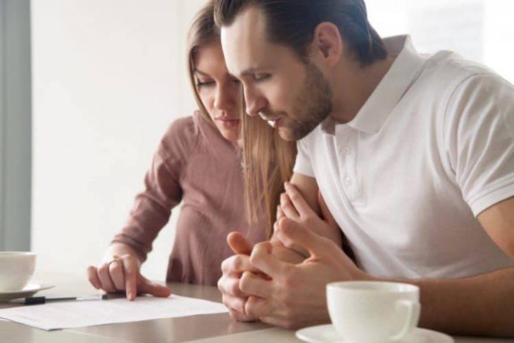זוג שותה קפה קורא מסמך