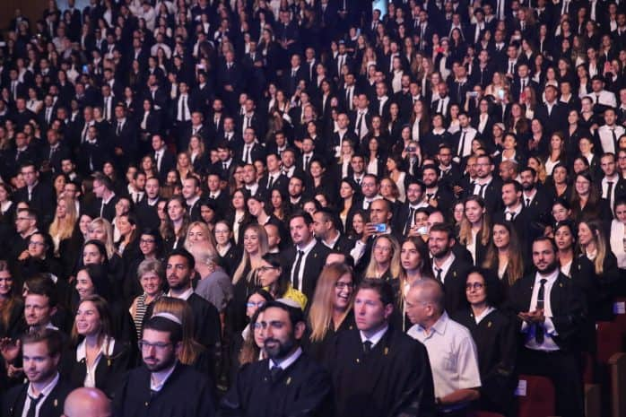 רובם מגיעים מהמכללות. עורכי הדין שהוסמכו הערב. צילום: יוסי זמיר דוברות לשכת עורכי הדין