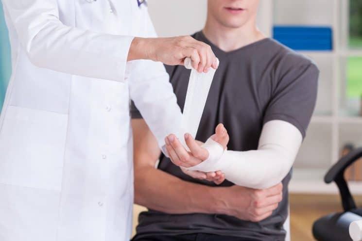 תחבושת יד טיפול פצע שבר היד קובעה למשך 3 חודשים. אילוסטרציה shutterstock