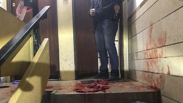 הותיר את הקורבן להתבוסס בדמו. זירת הרצח באשדוד. צילום: דוברות המשטרה