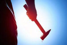 פושע חמוש בפטיש