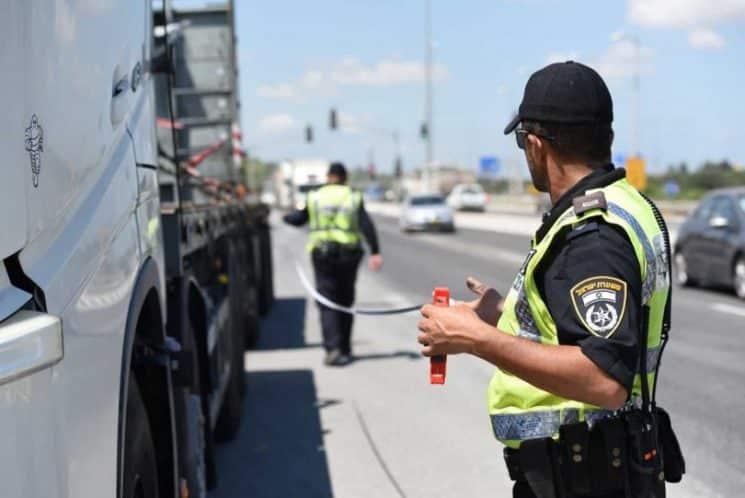 שוטר עושה בדיקה