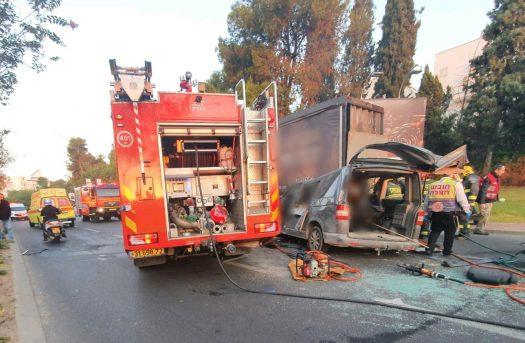רכב הסעות התנגש במשאית במחלף אלוף שדה יש נפגעים