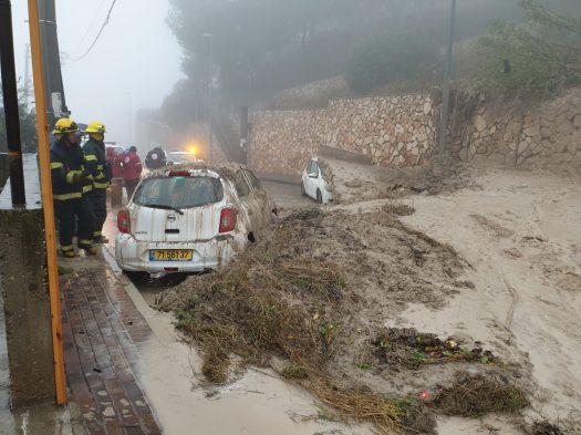מזג האוויר הבוער גרם לנפגעים ולנזקים ברחבי הארץ בשעה האחרונה מתחוללת דרמה בכפר ירכא בגליל לאחר שנער בן 14 נסחף בזרם מי נחל.