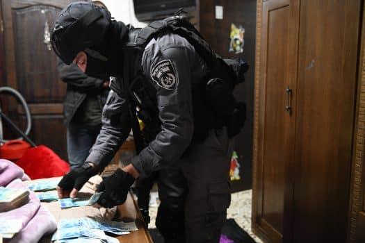 חיילי צה״ל נעצרו כי סיעו בהברחת אמצעי לחימה, מוצרי טבק ורכוש משטחי הרשות הפלסטינית לישראל