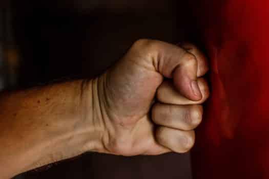 היכה עובד ניקיון: אילוסטרציה של אגרוף