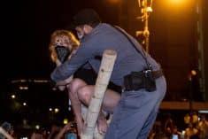 שוטר מפנה מפגינה בהפגנת בלפור, ארכיון. צילום: יונתן זינדל, פלאש 90