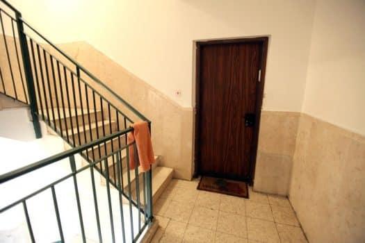 האם מותר להציב ארון בחדר מדרגות?