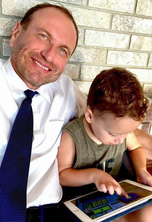 יעקב שקלאר עם הילד