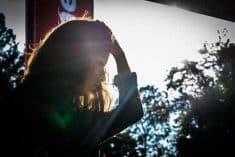 בחורה מחזיקה ראש על רקע חלון