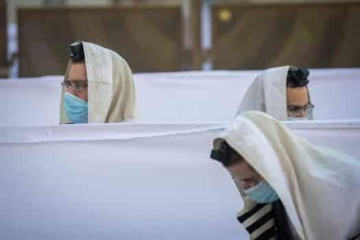 מי יפצה את הקשיש שנפצע ביציאה מבית הכנסת?