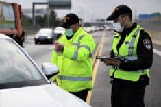 שוטרים מחלקים דוחות קורונה
