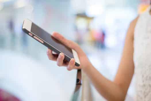 טלפון נייד סלולארי מכשיר טלפון אישה מחזיקה טלפון
