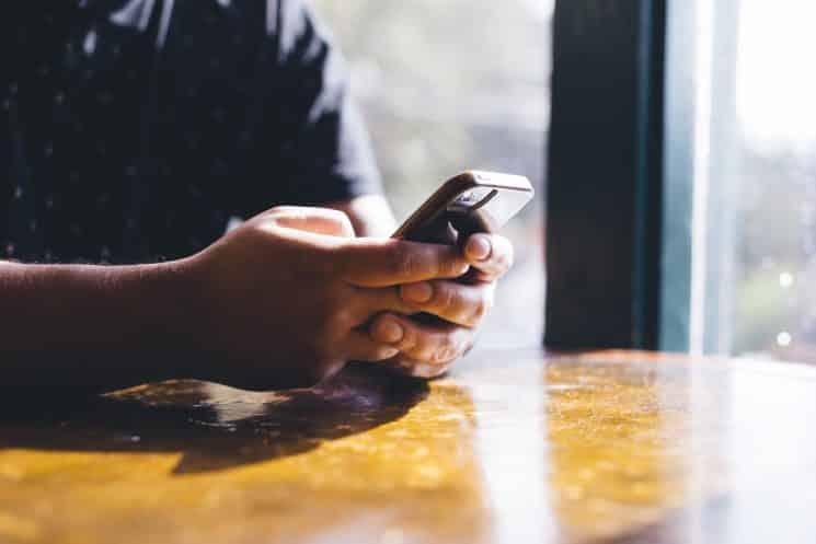 כותב הודעות אסמס וואטסאפ מתכתב נייד מכשיר טלפון סלולארי