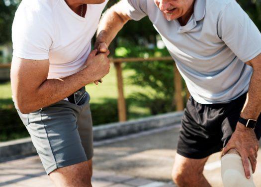 אילוסטרציה נפילה מכה חבלה נפצע גבר מבוגר קשיש סיוע למבוגר