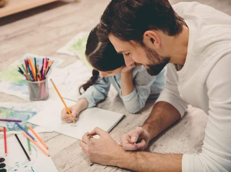 אבא אב ובת ילדה משחקים מציירים דיני משפחה