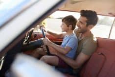 נהיגה אב ובן אב מלמד את בנו לנהוג תעבורה נהיגה פוחזת