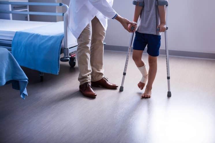 נפצע פצוע טיפול רפואי נפל פציעה ברגל
