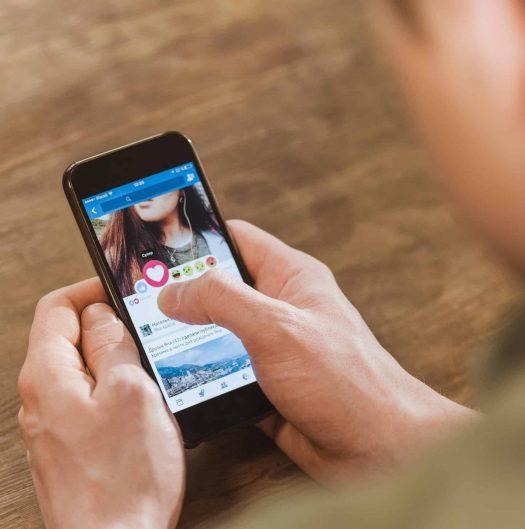 פייסבוק רשת חברתית מסך נייד טלפון מכשיר גלישה