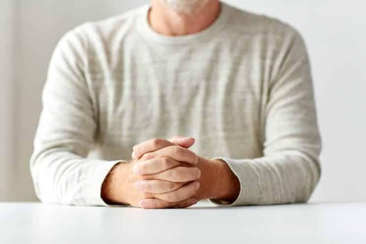 איש אדם יושב ליד שולחן