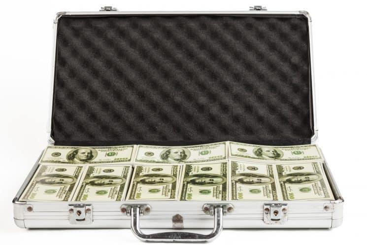 מזוודה עם כסף דולרים מזומן שוחד חוואלה