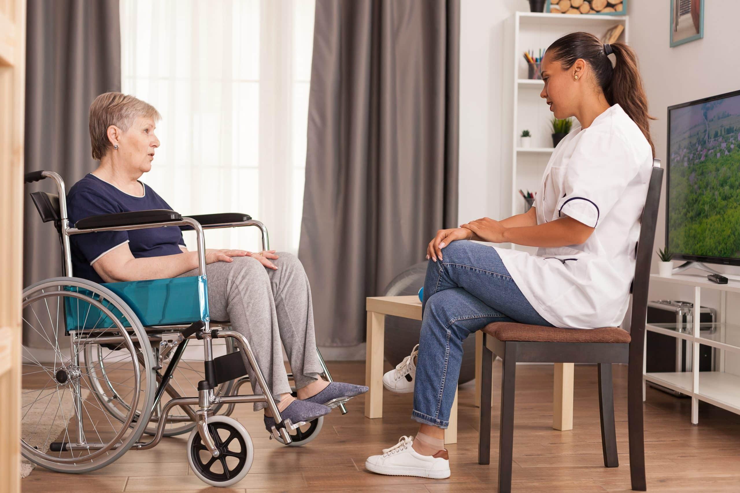 טיפול מפגש כיסא גלגלים מטפלת