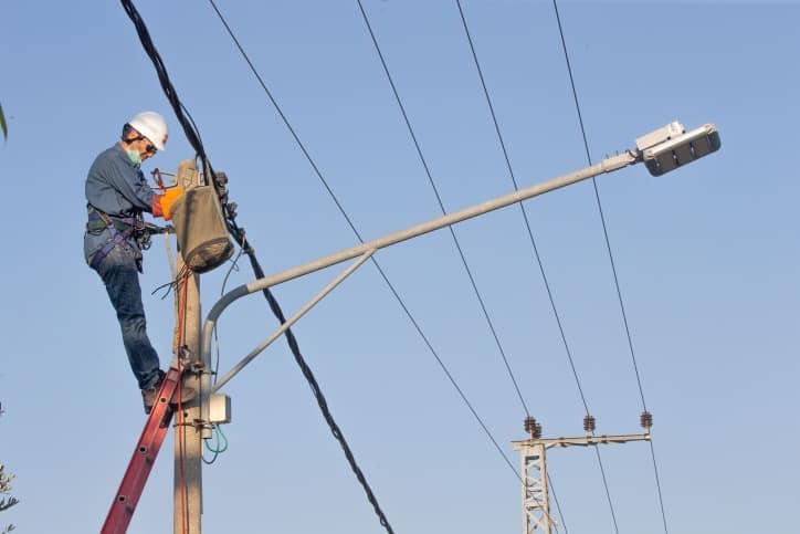 חברת חשמל עובד חשמל עמודי חשמל