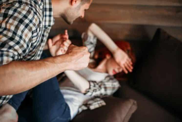אלימות במשפחה איום תקיפה גבר מכה אישה