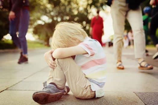 ילד פעוט גירושים גירושין דיני משפחה משמורת מאבק ילד עצוב בוכה