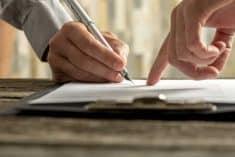 חותמים חתימה הסכם מסמכים עסקה