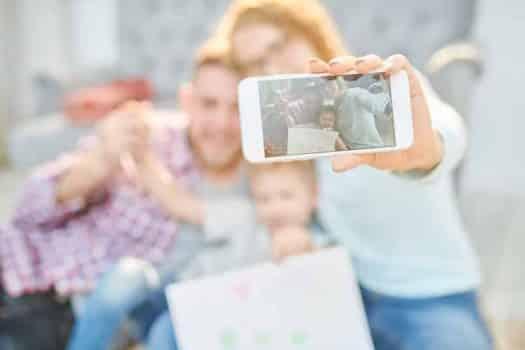 תמונה משפחתית טלפון צילום רשתות חברתיות