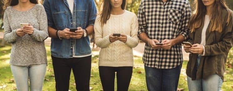 רשת חברתית טלפונים ניידים חבורה פייסבוק טיק טוק וואטסאפ לשון הרע