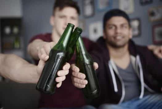 מתוך: הטיח בקבוק בירה על שוטר - צעירים שותים בירה אילוסטרציה