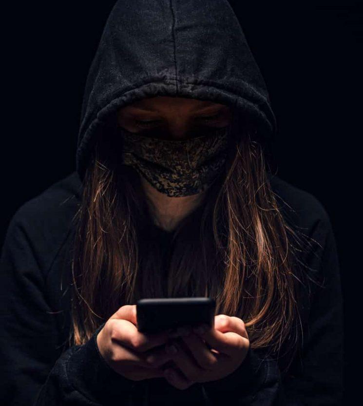 מעריצה מטרידה עוקבת טלפון בלשית