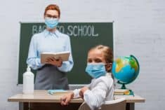 לימודים בית ספר מורה ילדה תלמיד קורונה מסיכה