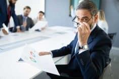 בעל חברה בעל שליטה משרד איש עסקים משקפיים