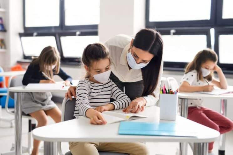 קורונה מסכה לימודים מערכת חינוך בית ספר מורה