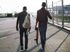 נערים מטיילים אלימות כנופייה תוקפים תקיפה חבורה תלמידים סטודנטים