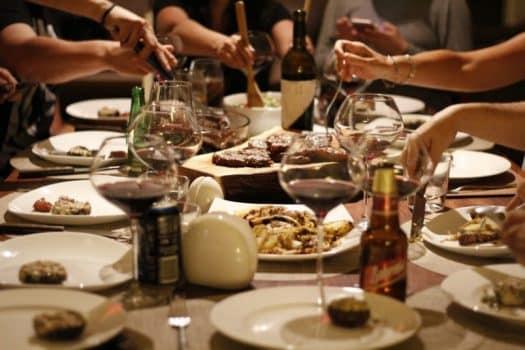ארוחת ערב מסעדה בילוי יין