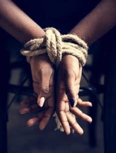 אסירות אזיקים קשורות חבל