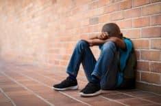 נער ילד צעיר עצוב אלימות תקיפה מינית עבירות מין תלמיד בית ספר חינוך