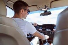 נוהג נהג מכונית רכב צעיר נוסע נסיעה נהיגה
