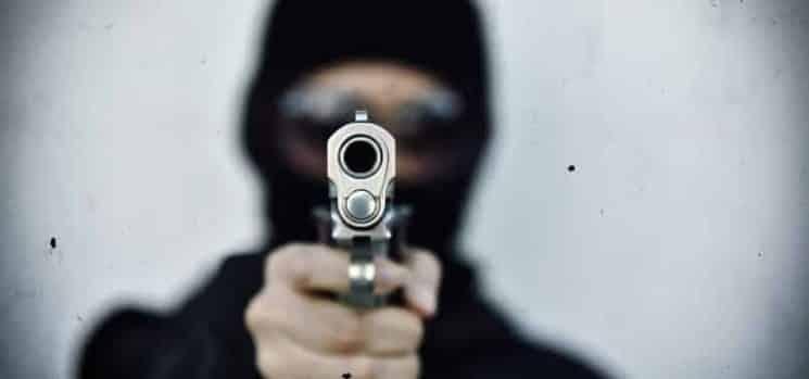 יריות ירי נשק אקדח יורים שודד