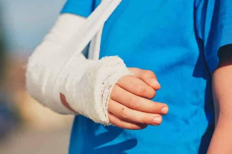 האם חברת הביטוח צריכה לפצות תלמיד שנפצע בידו?