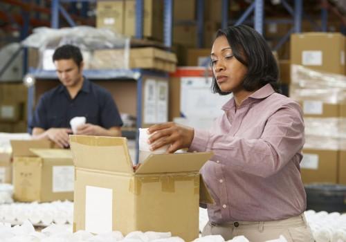 האם עבודה בקיפול מגבונים פוגעת בידיים?