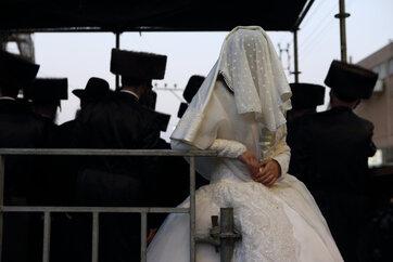 """למרות התנגדות היועמ""""ש - ביהמ""""ש אישר לבת 17 להינשא"""